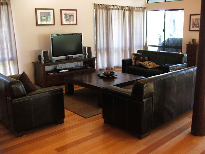 1 X 3 Seater 2 Leather Lounge Setting 8 Place Dining Large Plasma Satellite TV DVD CD Video Radio